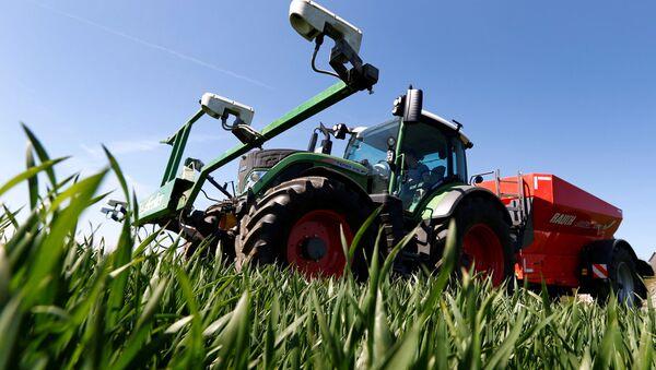 Трактор на пшеничном поле - Sputnik Латвия