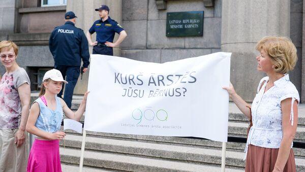 Пикет медицинских работников у здания Кабинета министров - Sputnik Латвия