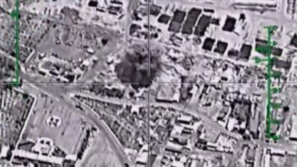 Кадры уничтожения российскими Су-34 нефтяных объектов ИГ в Сирии - Sputnik Латвия