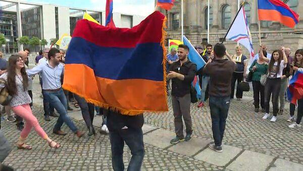 Признание Бундестагом геноцида армян: кадры голосования и реакция берлинцев - Sputnik Латвия