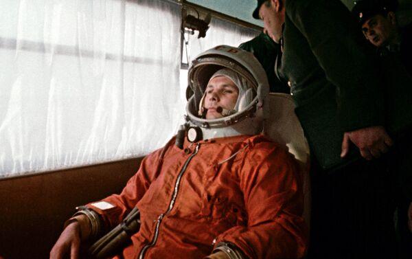 Kosmonauts Jurijs Gagarins autobusā ceļā uz Baikonuras kosmodroma starta laukumu, 1961. gada 12. aprīlis - Sputnik Latvija