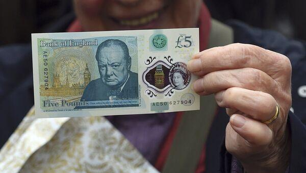 Новая пластиковая 5-фунтовая банкнота. - Sputnik Латвия