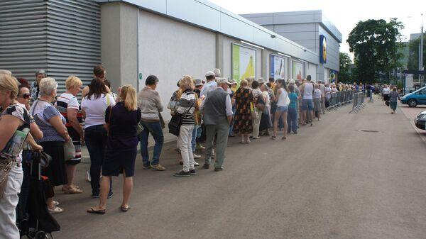 Люди занимали очередь в супермаркет с шести утра - Sputnik Latvija