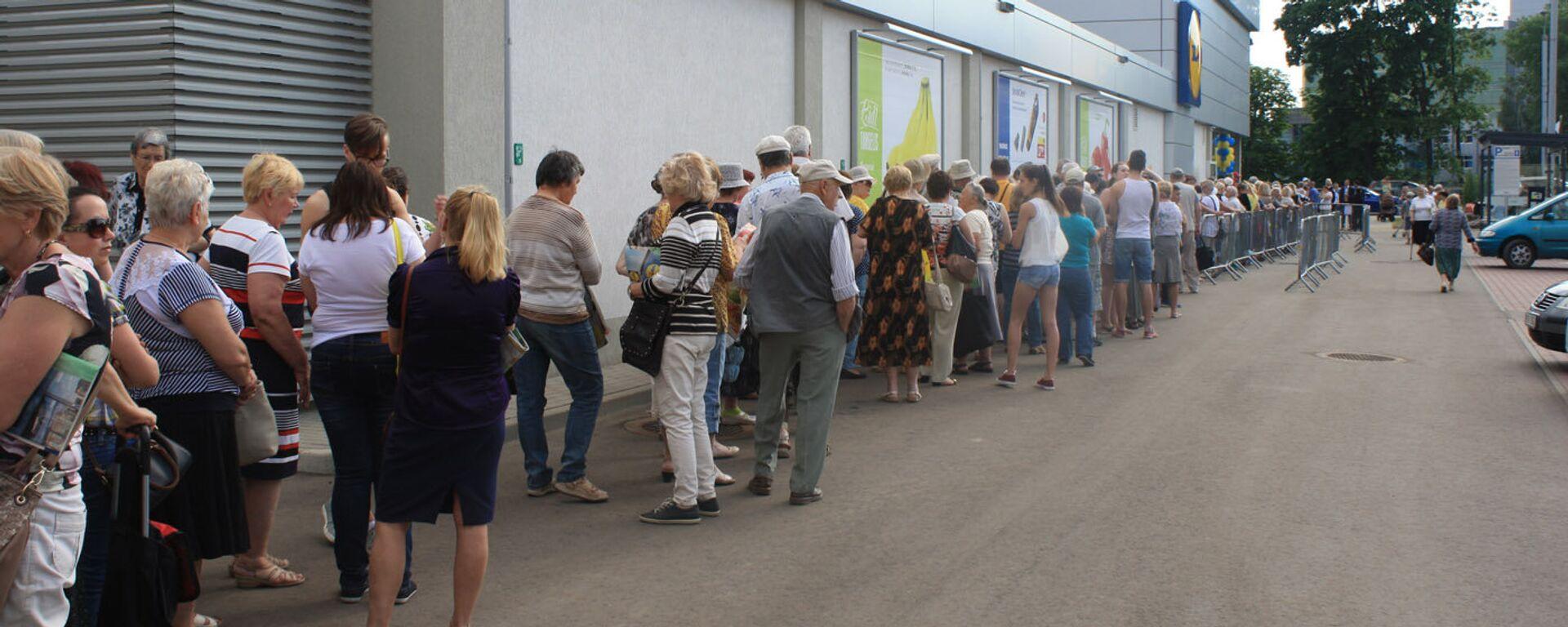 Люди занимали очередь в супермаркет с шести утра - Sputnik Латвия, 1920, 05.08.2021