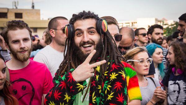 Грузины весело просят легализовать марихуану - Sputnik Латвия