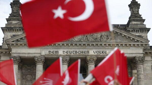 Demonstranti Berlīnē protestē pret rezolūciju par armēņu tautas genocīdu - Sputnik Latvija
