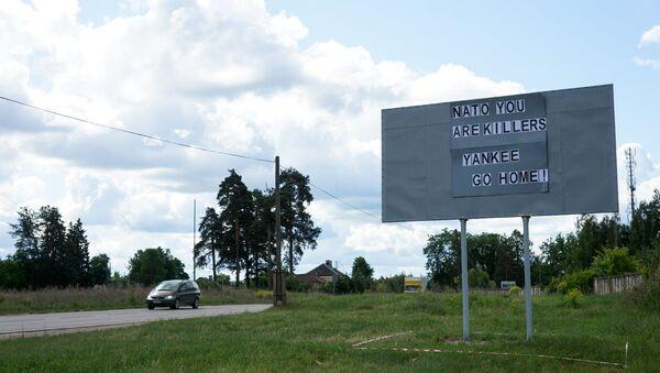 Плакат на въезде в Даугавпилс перед проходом американской военной техники - Sputnik Latvija