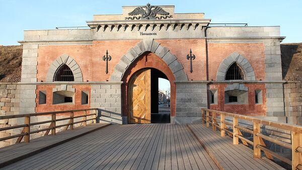 Наружный фасад Николаевских ворот в Даугавпилсской (Динабургской) крепости - Sputnik Латвия