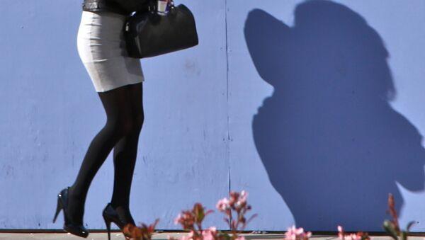 Девушка в короткой юбке. - Sputnik Латвия