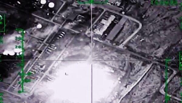 Уничтожение ВКС России нефтеперерабатывающего завода ИГ в Сирии - Sputnik Latvija