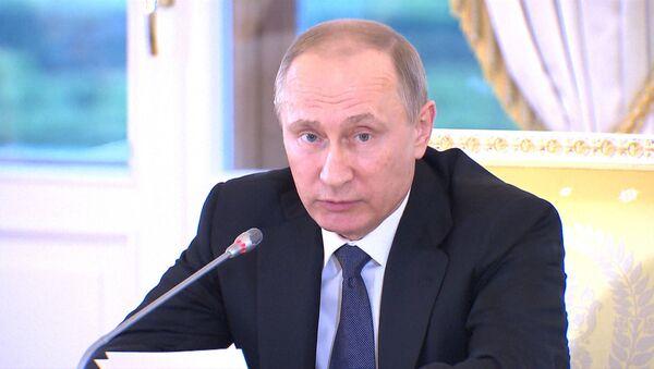 Мы практически преодолели спад – Путин о состоянии экономики РФ - Sputnik Latvija