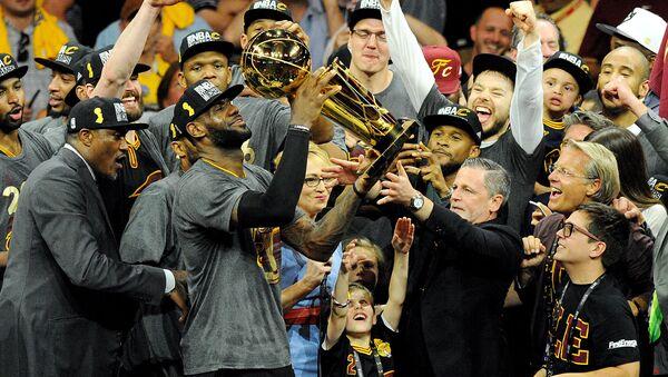Баскетболист Кливленд Кавальерс Леброн Джеймс с трофеем чемпиона НБА - Sputnik Латвия