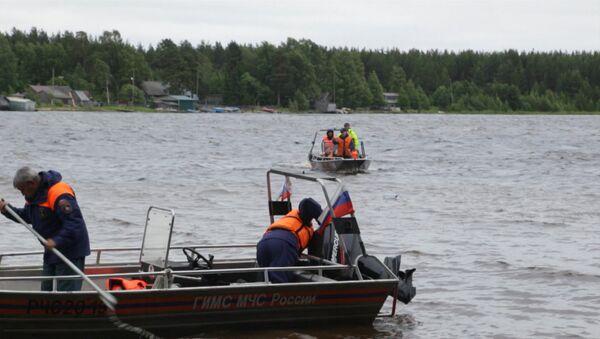 Трагедия на озере в Карелии: поисковая  операция и заявление главы МЧС - Sputnik Латвия