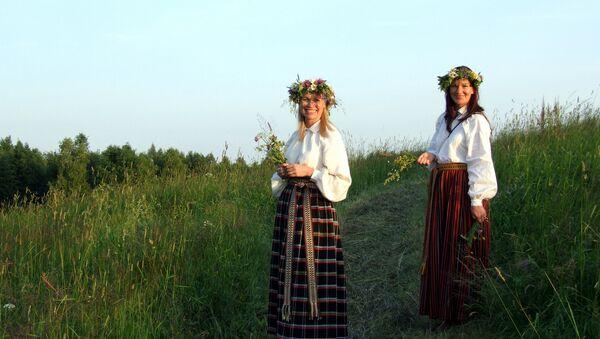 Девушки в национальных латышских костюмах - Sputnik Латвия