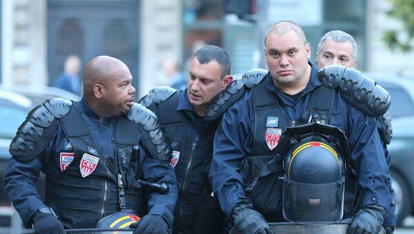 Сотрудники полиции на одной из улиц во французском городе Лилле. - Sputnik Latvija