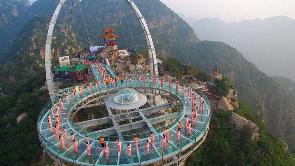 Йога над пропастью: десятки китайцев выполняли асаны на высоте 396 метров - Sputnik Latvija
