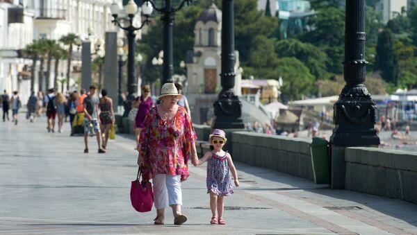 Atpūtnieki Jaltas piekrastē. Foto no arhīva - Sputnik Latvija