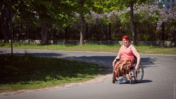 Женщина на инвалидной коляске в парке - Sputnik Латвия