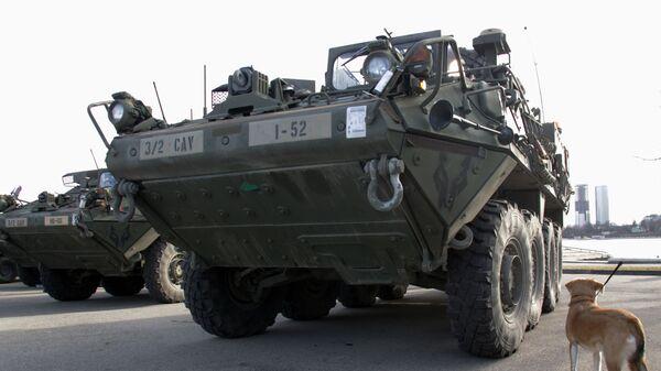 Американские бронетранспортеры Stryker на показательном марше военнослужащих армии США Dragoon Ride в Латвии - Sputnik Латвия