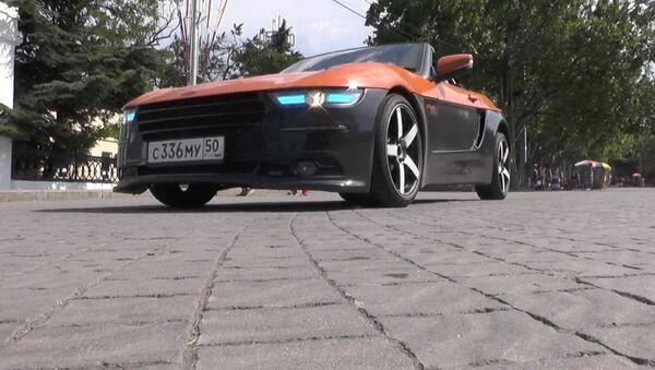 Pa Sevastopoles ielām vizinās rodsters Krima - Sputnik Latvija