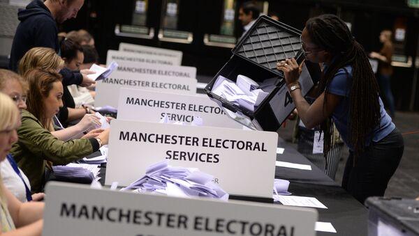 Referenduma par Lielbritānijas dalību Eiropas Savienībā balsu skaitīšana Mančesterā - Sputnik Latvija