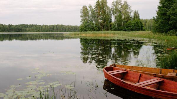 Лодки на лесном озере в Латгалии - Sputnik Латвия