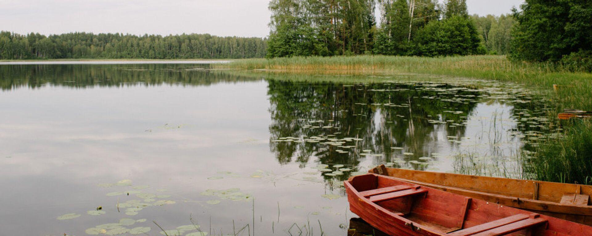 Лодки на лесном озере в Латгалии - Sputnik Латвия, 1920, 19.06.2021