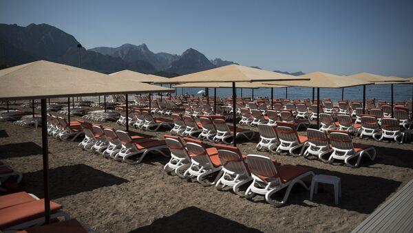 Шезлонги на пляже курорта Кемер в Турции - Sputnik Latvija