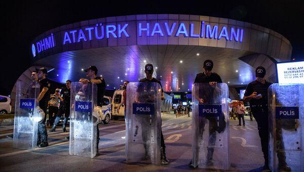 На месте теракта в международном аэропорту Ататюрка в Стамбуле, Турция - Sputnik Latvija