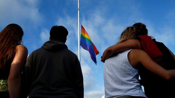 Флаг ЛГБТ на флагштоке - Sputnik Latvija