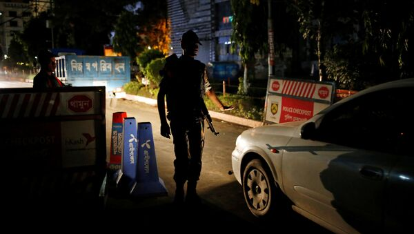 На месте нападения террористов на ресторан в Дакке, Бангладеш - Sputnik Latvija
