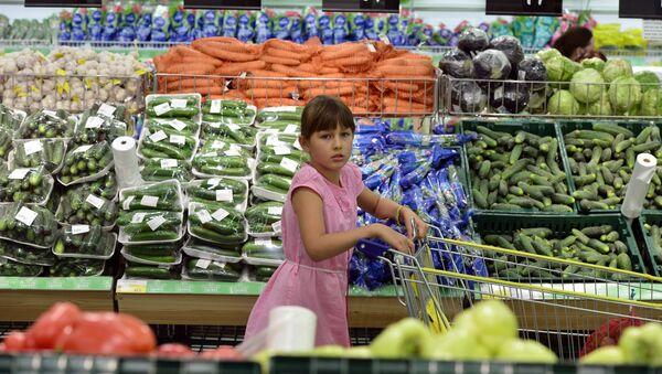 Девочка в овощном отделе гипермаркета - Sputnik Латвия