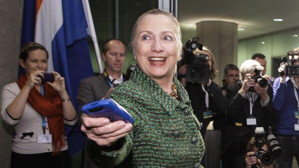 Государственный секретарь Хиллари Клинтон с мобильным телефоном в Гааге - Sputnik Latvija