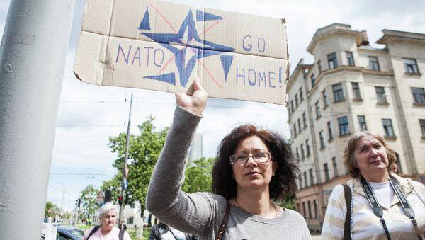 Участники пикета у здания Stratcom в Риге - Sputnik Латвия