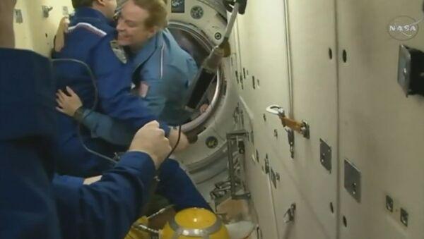Пристыковка к МКС первого Союза МС и переход на станцию нового экипажа - Sputnik Латвия