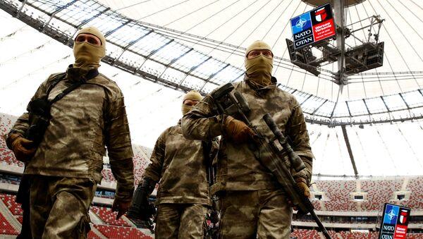 Солдаты после показательных выступлений перед саммитом НАТО в Варшаве - Sputnik Latvija