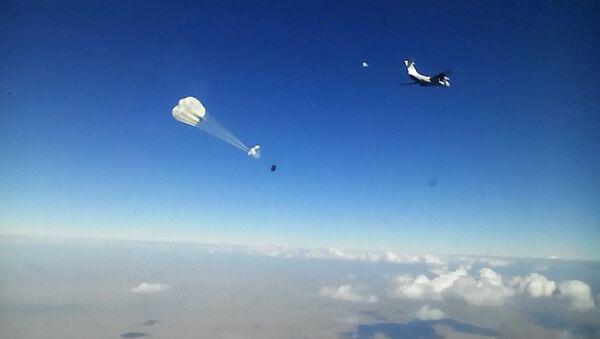 Ил-76 сбросил с воздуха десятки тонн продуктов для жителей Дейр-эз-Зора - Sputnik Латвия