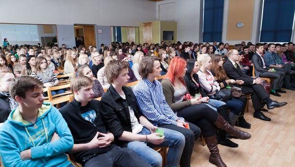 Молодые люди в зале - Sputnik Latvija