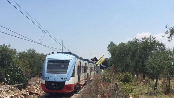 Два пассажирских поезда столкнулись на юге Италии. Кадры с места ЧП - Sputnik Латвия