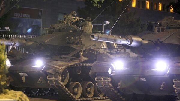 Попытка государственного переворота в Турции. Танки турецкой армии на улицах Анкары - Sputnik Latvija