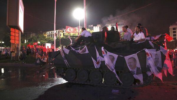 Сторонники Эрдогана вышли ночью на улицы Анкары - Sputnik Latvija
