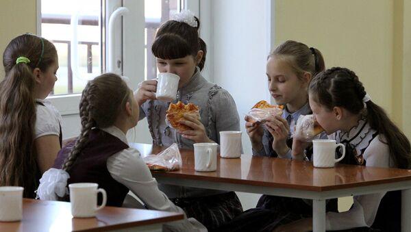Skolas ēdnīcā - Sputnik Latvija