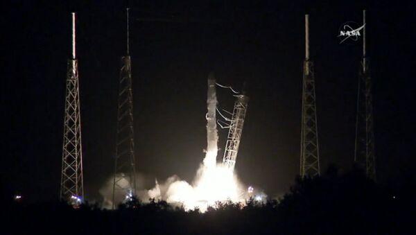 Кадры старта ракеты Falcon 9 с космическим кораблем Dragon с мыса Канаверал - Sputnik Латвия