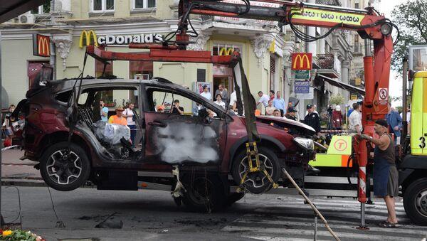 Взорванный в Киеве автомобиль, в котором погиб журналист Павел Шеремет - Sputnik Латвия