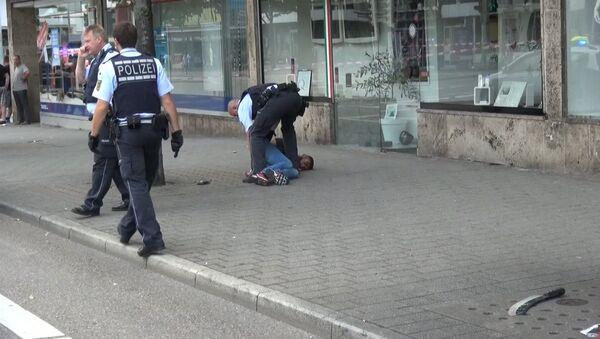 Немецкие полицейские задержали нападавшего с мачете в Ройтлингене - Sputnik Латвия