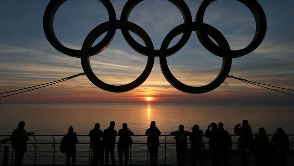 Олимпийские кольца на набережной Адлеровского района Сочи. - Sputnik Латвия