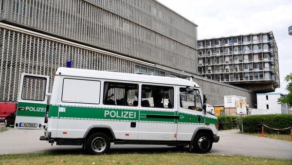Полицейская машина возле больницы на юго-западе Берлина - Sputnik Latvija