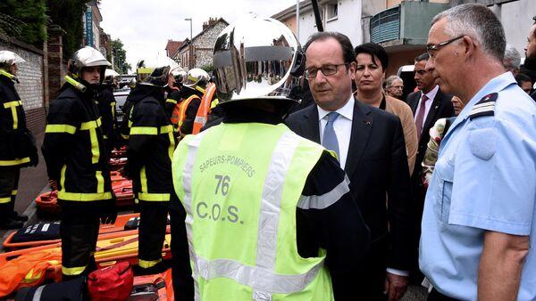 Президент Франции Франсуа Олланд прибыл на место терракта к церкви в Сент-Этьен-дю-Рувре - Sputnik Латвия