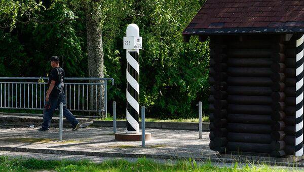 Житель Латвии пересекает границу в сторону Эстонии - Sputnik Латвия