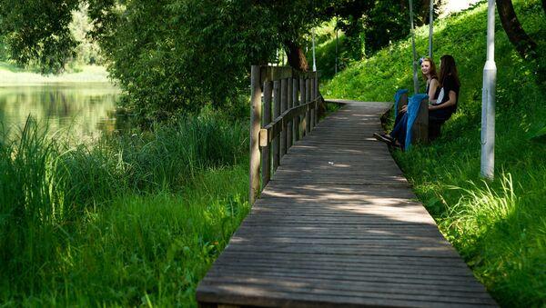 Деревянная Природная тропа вдоль речки Педеле в Валке уже нуждается в ремонте - Sputnik Latvija